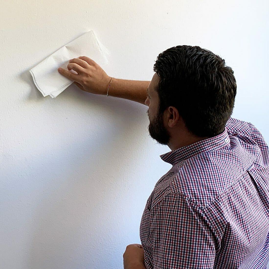 Come applicare un adesivo prespaziato evitando bolle o pieghe?